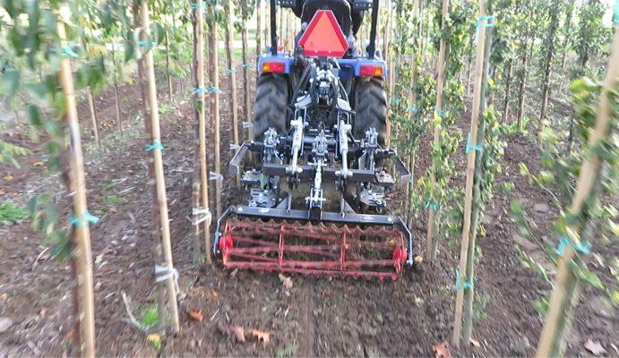 Gewasgeleide schoffel boomkwekerij